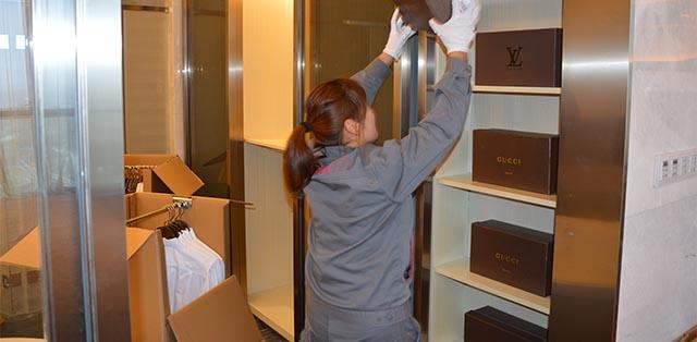 女性员工整理客户私人物品